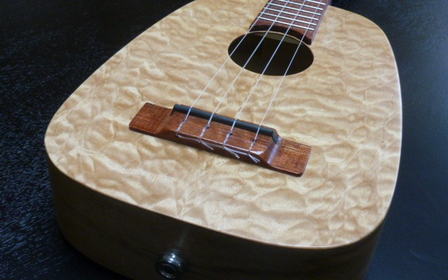 <strong>Maisy</strong> – Keystone concert in quilted Maple